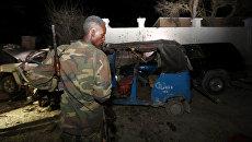 Полицейский на месте взрыва заминированного автомобиля у ресторана в столице Сомали Могадишо. 25 августа 2016