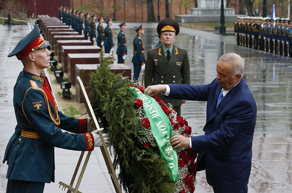 Президент Республики Узбекистан Ислам Каримов во время возложения венков к могиле неизвестного солдата в Москве