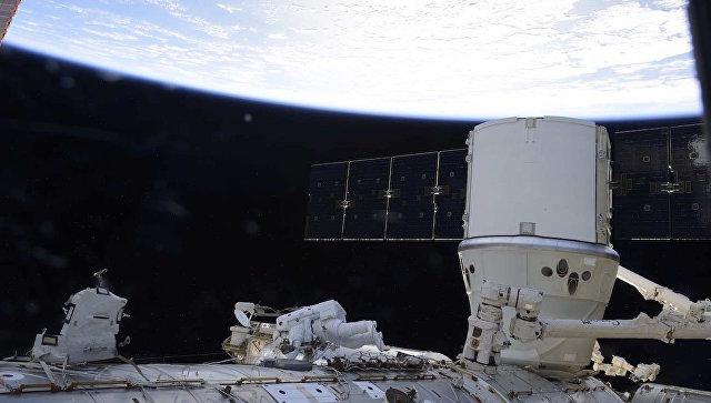 Астронавты НАСА успешно установили три батареи на внешней ...: https://ria.ru/science/20170106/1485214384.html