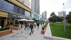 Прохожие на реконструированном Новом Арбате в Москве. Архивное фото