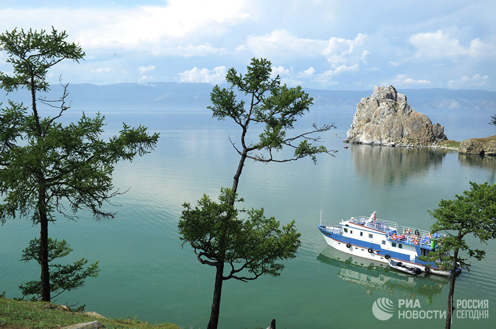 Судно плывет по озеру Байкал возле острова Ольхон