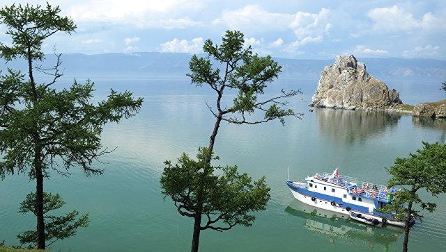 Судно плывет по озеру Байкал. Архивное фото