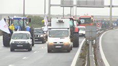 Фермеры и перевозчики блокировали дорогу требуя снести лагеря беженцев в Кале