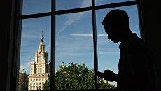 Вид на здание Московского государственного университета имени М.В. Ломоносова из ломоносовского корпуса