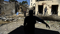 Афганские военные на месте теракта у здания гуманитарной организации CARE в Кабуле, Афганистан. Архивное фото