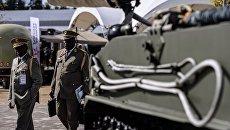 Посетители знакомятся с образцами военной техники, представленной в открытой экспозиции на Международном военно-техническом форуме АРМИЯ-2016