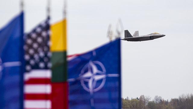 Истребитель ВВС США F-22 Raptor на авиабазе Зокняй, Литва. Архив