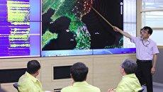 Офицер южнокорейской армии у карты Корейского полуострова с отмеченным местом сейсмособытия в КНДР. Архивное фото