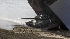 Танк во время стратегических командно-штабных учений Кавказ-2016 на побережье Черного моря, Крым. Сентябрь 2016