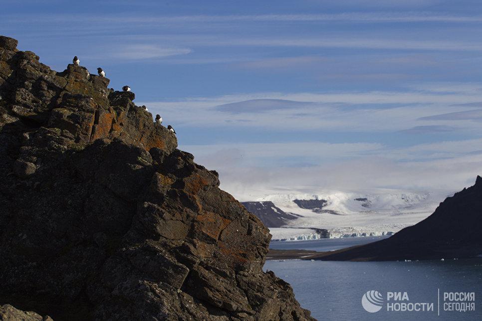 Вид с плато Седова на бухту Тихая острова Гукера архипелага Земля Франца-Иосифа