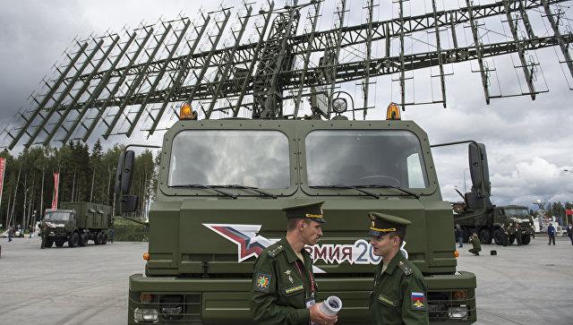 Военнослужащие у мобильного трехкоординатного многодиапазонного РЛК средних и больших высот межвидового применения Небо-М. Архивное фото