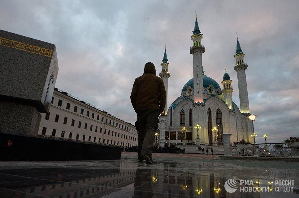 Мусульманин в день праздника жертвоприношения Курбан-Байрам возле мечети Кул-Шариф в Казани
