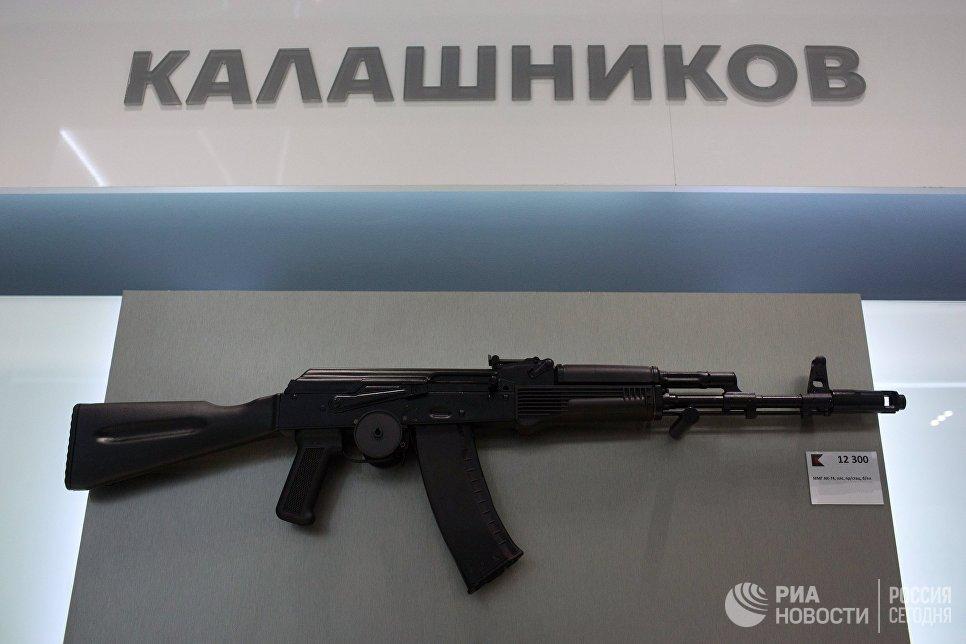Автомат АК-74 на витрине магазина концерна Калашников