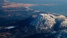 Вид на вулкан Менделеева и поселок Южно-Курильск на острове Кунашир. Архивное фото