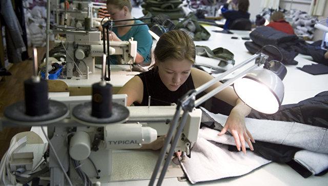 Пошивочный цех швейной фабрики. Архивное фото