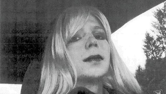 Информатор WikiLeaks закончил голодовку после разрешения поменять пол