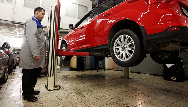 Сотрудник сервисного центра Форд-Независимость осуществляет технический осмотр транспортного средства. Архивное фото