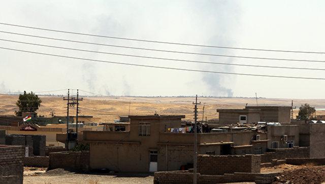 Дым над городом Мосул после ударов авиации США, Ирак