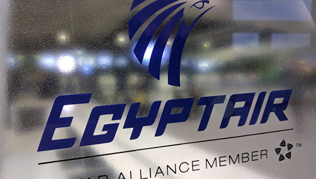 Табличка авиакомпании EgyptAir. Архивное фото