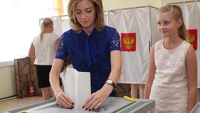 Прокурор Республики Крым Наталья Поклонская с дочерью Анастасией в единый день голосования на избирательном участке в Симферополе