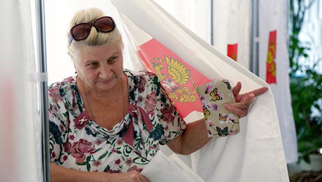 Жительница Симферополя на одном из избирательных участков в единый день голосования. Архивное фото