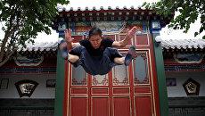 Мастер китайского кунг-фу во время тренировки