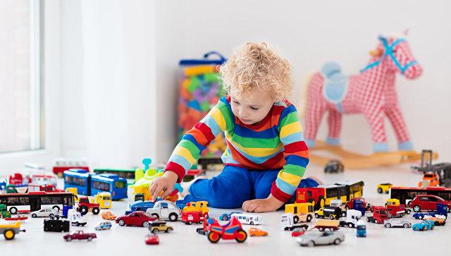 Ребенок играет с машинками