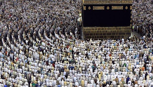 Паломники во время хаджа становятся на молитву вокруг Каабы в мечети Масджид аль-Харам в Мекке. Архивное фото