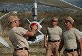 Российские военные подвешивают высокоточную ракету Х-25 к бомбардировщику Су-24