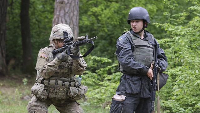 Американский и украинский военные во время учений. Архивное