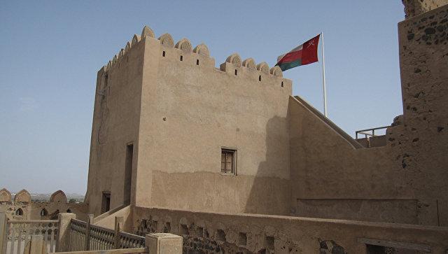 Флаг развевается над замком в Омане. Архивное фото