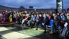 Зрители на кинофестивале Послание к человеку на Дворцовой площади в Санкт-Петербурге. Архивное фото