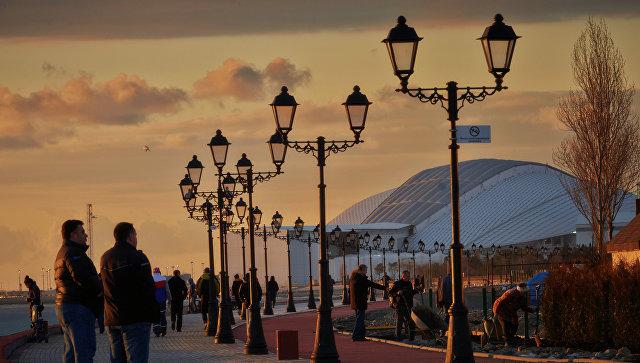 Горожане и туристы гуляют по набережной в Сочи. Архивное фото