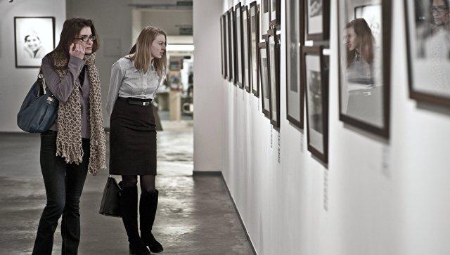 Посетители на выставке фотографии. Архивное фото