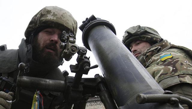 Украинские военнослужащие с минометом