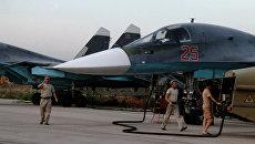 Технический персонал обслуживает российские самолеты СУ 34 в аэропорту Хмеймим в Сирии. Рекадрированный