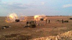 Сирийская артиллерия ведет огонь по террористам на севере провинция Хама в Сирии. Архивное фото