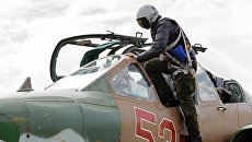 Пилот садится в штурмовик Су-25 ВКС России на авиабазе Хмеймим в Сирии. Архивное фото