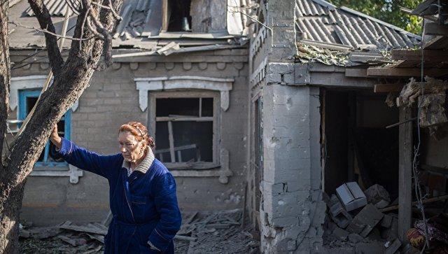 Последствия обстрела поселка Александровка в Донецкой области. Архивное фото