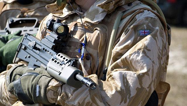 Солдат британской армии в оружием. Архивное фото
