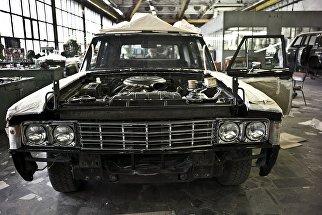 Автомобиль ЗИЛ-117 во время реставрации на участке внутренней отделки в цехе реставрации автомобилей представительского класса на АМО ЗИЛ в Москве