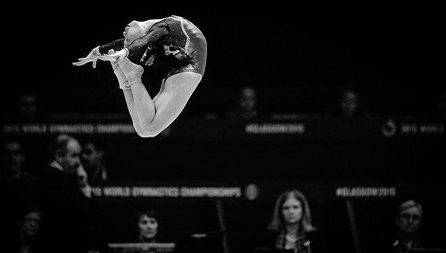 Ван Ян (КНР) выполняет упражнения на бревне в финале соревнований в отдельных видах среди женщин на чемпионате мира по спортивной гимнастике в Глазго