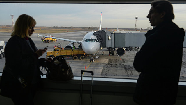 Пассажиры в аэропорту Толмачево в Новосибирске. Архивное фото