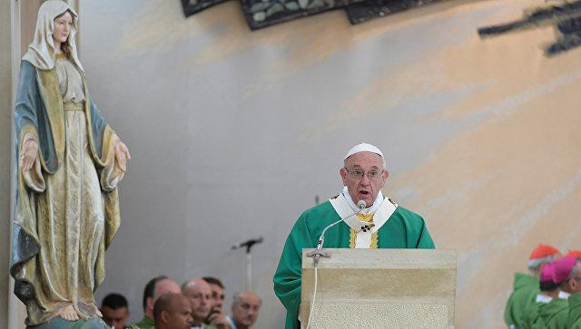 Папа Франциск прибыл вкатолическую церковь Баку
