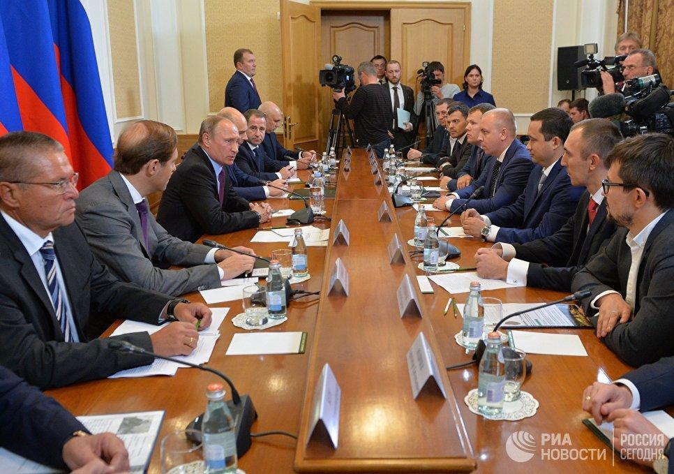 Президент РФ Владимир Путин во время встречи с представителями региональных деловых кругов в здании правительства Оренбургской области