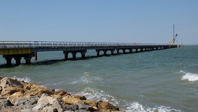 Установка временного моста для технических нужд перед началом строительства Керченского моста. Архивное фото