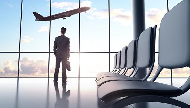 Мужчина наблюдает за взлетающим самолетом