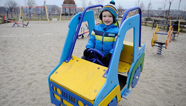 Ребенок на детской площадке. Архивное фото