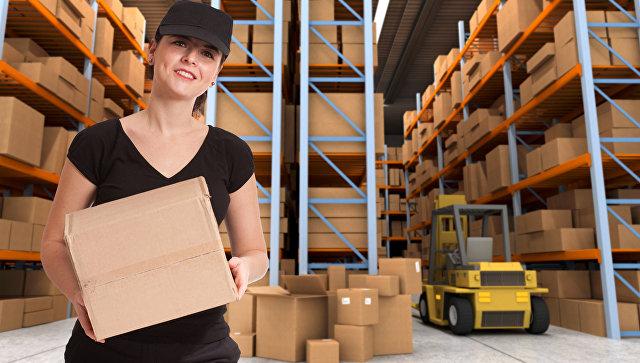 Женщина-грузчик работает на складе. Архивное фото