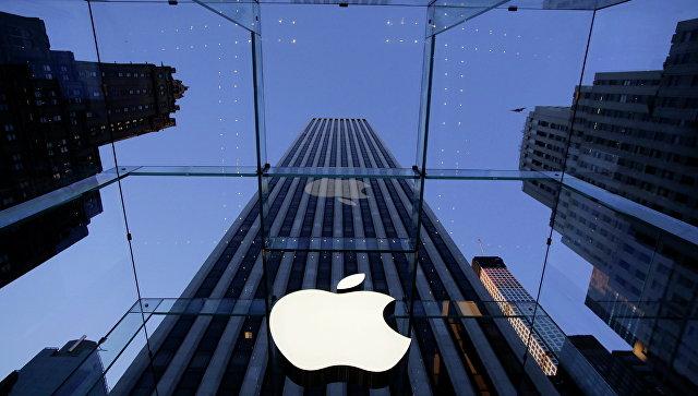 Логотип компании Apple над входом в здание в Нью-Йорке. Архивное фото